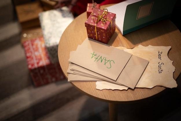 Nahaufnahmeweihnachtsumschläge auf dem tisch