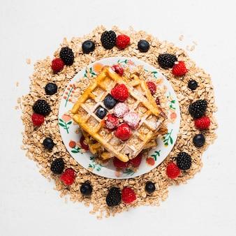 Nahaufnahmeweinlesefrühstück mit früchten