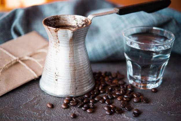 Nahaufnahmeweinlesekaffeekessel mit gebratener bohne