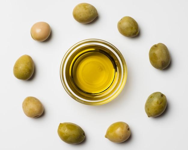 Nahaufnahmezusammenstellung der olive und des öls