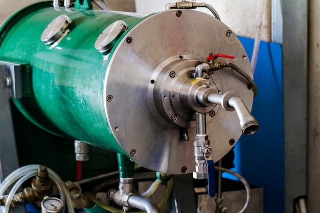 Nahe ansicht der olivenölfabrikmaschinerie.