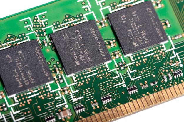 Nahe ansicht der schaltungen eines modernen computerspeicherchips.