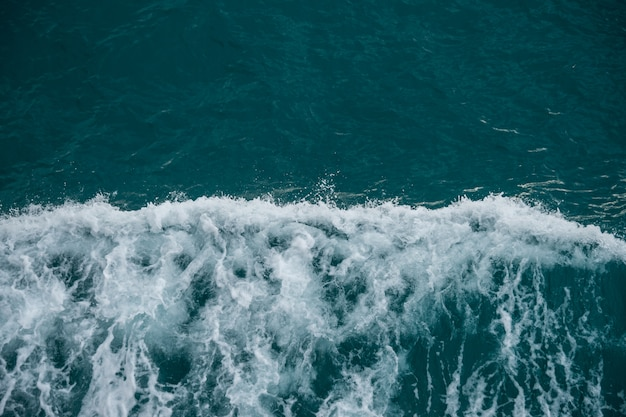 Nahe ansicht des rauen meeres, des schönen blauen ozeanwassers und der wellen