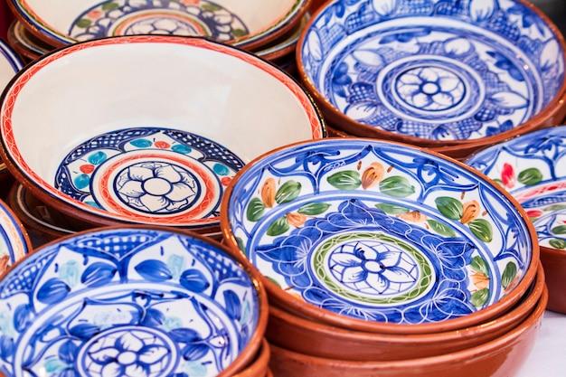 Nahe ansicht eines stapels der portugiesischen suppenschüsseln der traditionellen terrakotta auf anzeige.