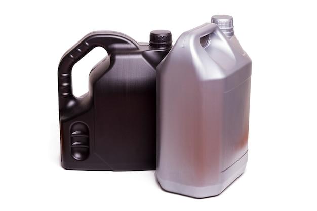 Nahe ansicht von plastikbehältern autoöl lokalisiert auf einem weißen hintergrund.