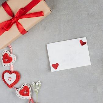 Nahe papiergeschenk- und ornamentherzen