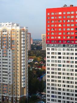 Nahe stehende neue häuser im moskauer wohnviertel.