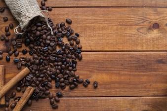 Nahe verschüttete Kaffeebohnen des Zimts