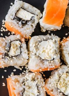 Naher hoher schuss des extrems von sushi mit samen