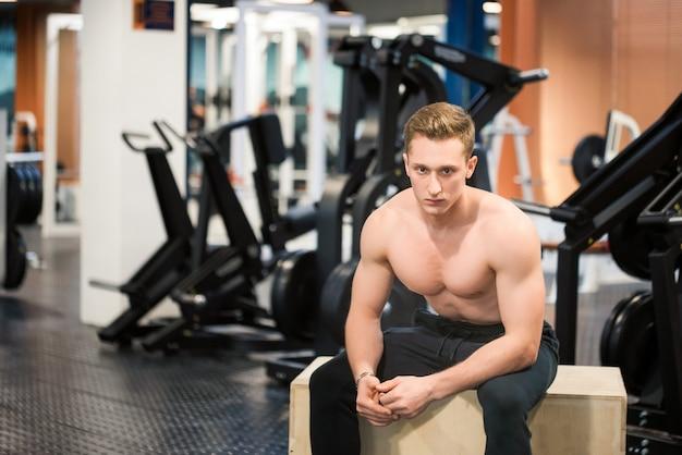 Nahes bild des mächtigen crossfit-lehrers im fitnessstudio