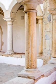 Nahes detail der bögen und der säulen des museums von faro, portugal.