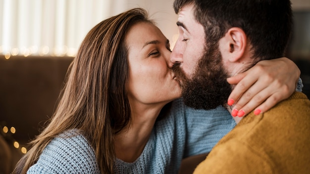 Nahes glückliches paar, das küsst