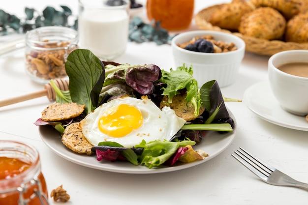 Nahes köstliches frühstück mit salat und ei