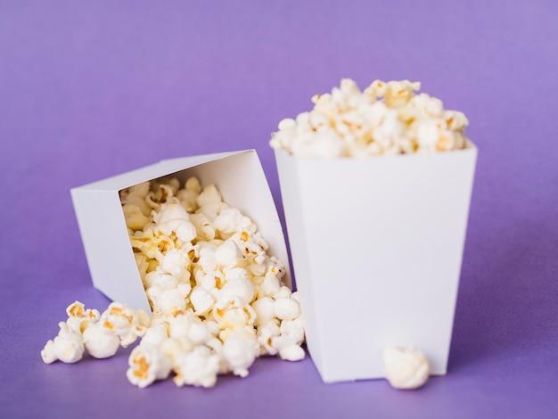 Nahes köstliches popcorn bereit, serviert zu werden