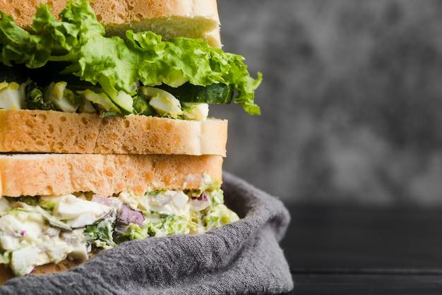 Nahes leckeres sandwich auf dem tisch