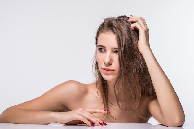 Nahes porträt des herrlichen brünetten modellmädchens ohne kleidung mit modefrisur lokalisiert auf weißem hintergrund