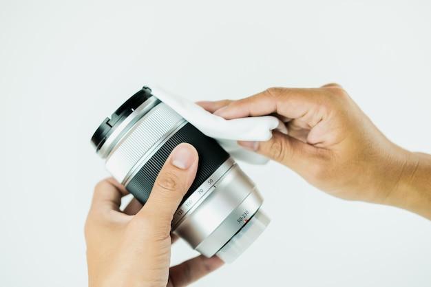 Nahfokus der kameraobjektiv-reinigungsmethode durch menschliches foto auf dem weißen hintergrund