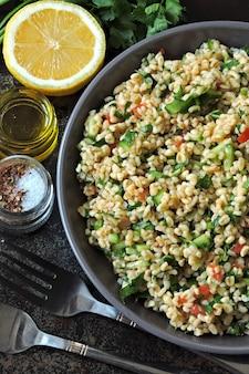 Nahöstliche küche. gesunder salat mit bulgur, petersilie und gemüse.