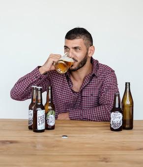 Nahöstlicher mann-bier trinkt alocohol-studio-portrait