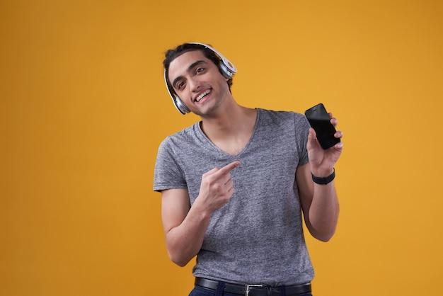 Nahöstlicher mann, der musik am telefon spielt