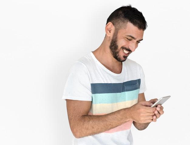 Nahöstlicher mann-lächelndes glück-handy-studio-porträt
