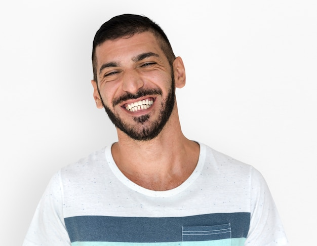 Nahöstlicher mann-lächelndes glück-zufälliges studio-portrait