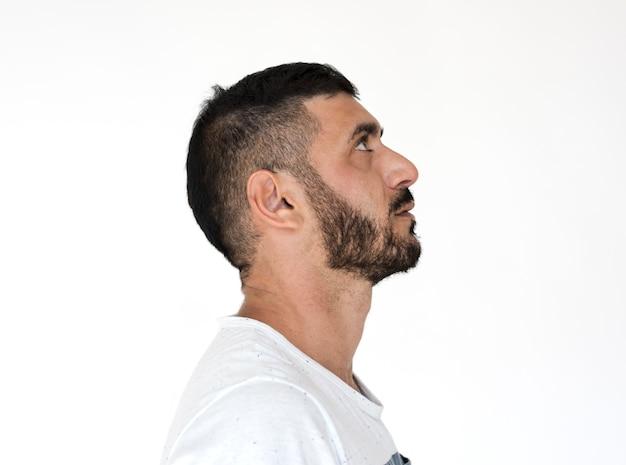 Nahöstlicher mann-zufälliges seitenansicht-studio-porträt