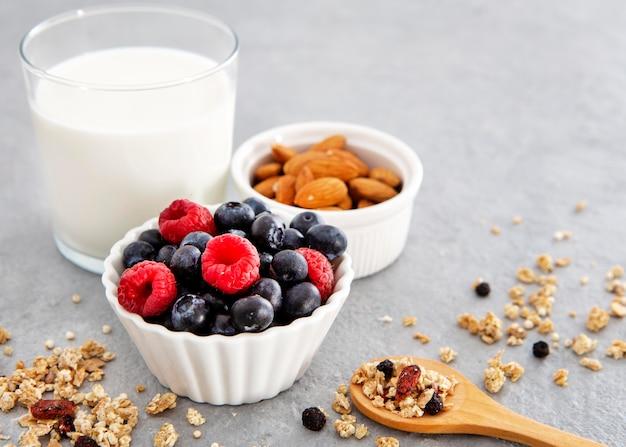 Nahrhafte frühstücksnüsse und waldfrüchte