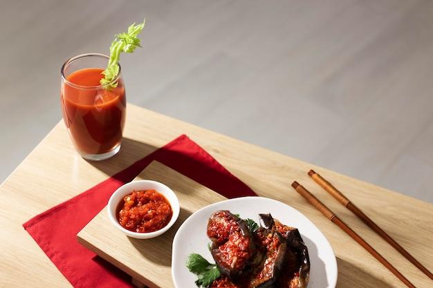 Nahrhafte mahlzeit mit sambal-sortiment