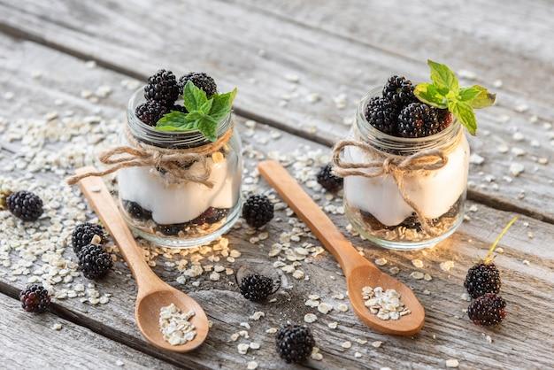 Nahrhafter joghurt aus frischen produkten mit brombeerzusatz