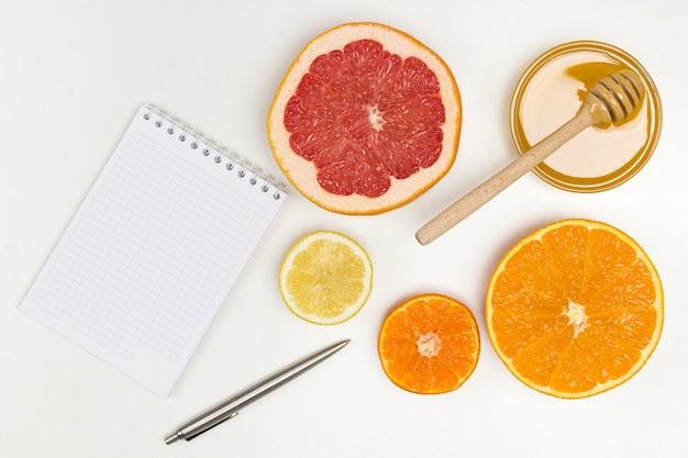 Nahrung zur stärkung der immunität und zum schutz vor viren. notizbuch und stift auf dem tisch. naturheilmittel zur grippeprävention. flach liegen