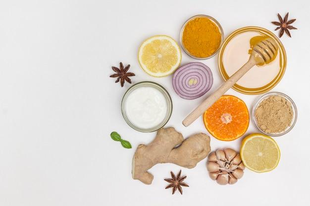 Nahrung zur stärkung der immunität und zum schutz vor viren. zitrusfrüchte, ingwer, honig, knoblauch, zwiebeln. naturheilmittel zur grippeprävention. flach liegen. speicherplatz kopieren