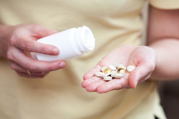 Nahrungsergänzungsmittel in der handfläche
