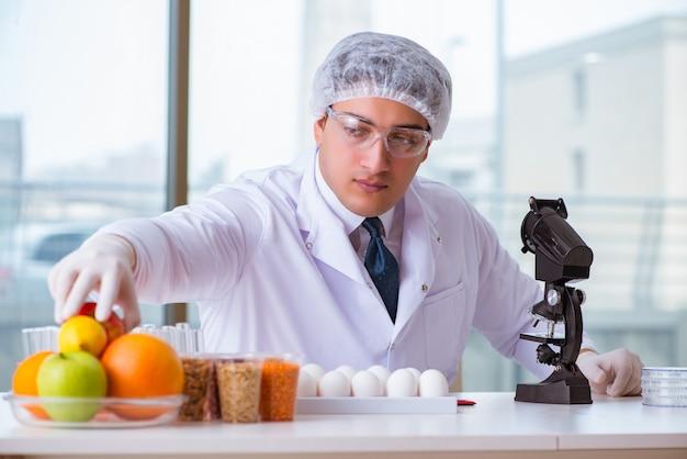 Nahrungsexperte, der nahrungsmittel im labor prüft