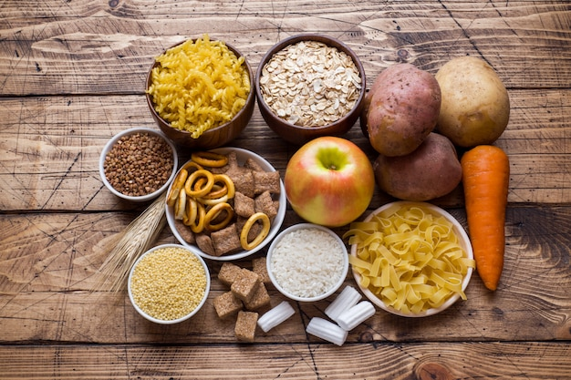 Nahrungsmittel hoch im kohlenhydrat auf rustikalem holztisch.