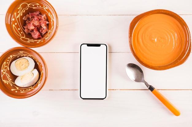 Nahrungsmittelplatten auf dem kochen des desktops mit mobile