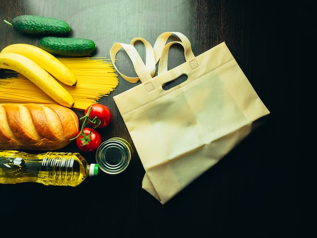 Nahrungsmittelversorgung in der krise. fadennudeln, nudeln, konserven, bananen, butter, brot.
