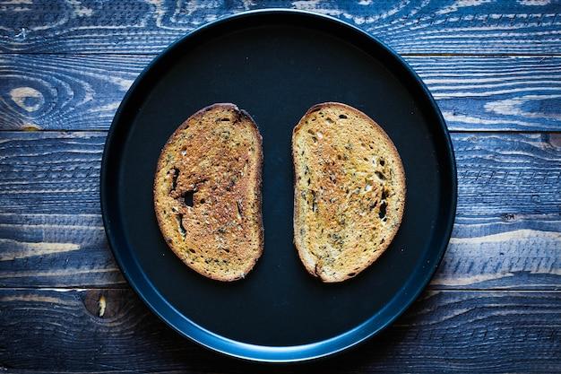 Nahrungsmittelzusammensetzung gemacht von 2 scheiben toastbrot in einer schwarzen pfanne