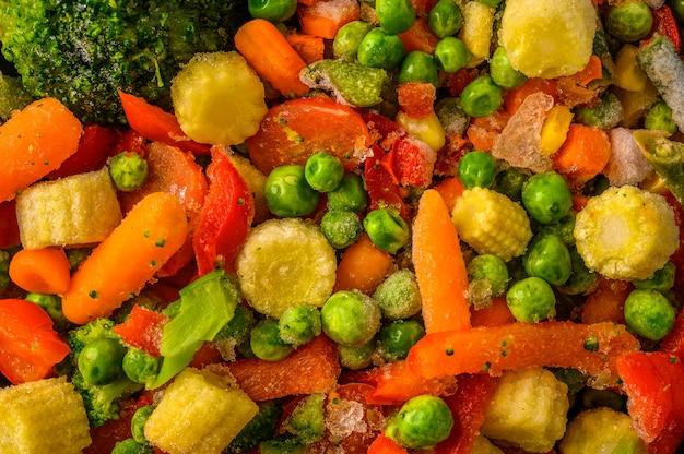 Nahrungsoberfläche aus einer mischung von gefrorenem gemüse mais paprika erbsen karotten brokkoli tomaten