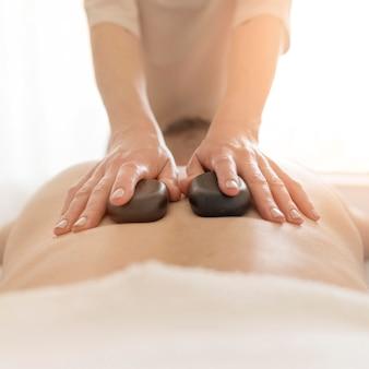Nahtherapie mit warmen steinen