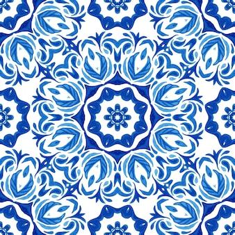 Nahtlose dekorative aquarellbeschaffenheit. damast vintage nahtloses muster aus blauen und weißen orientalischen fliesen, ornamente.