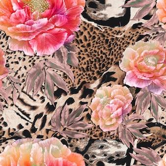 Nahtloser textilhintergrund der wilden afrikanischen tierhaut mit schönen roten und rosa pfingstrosen
