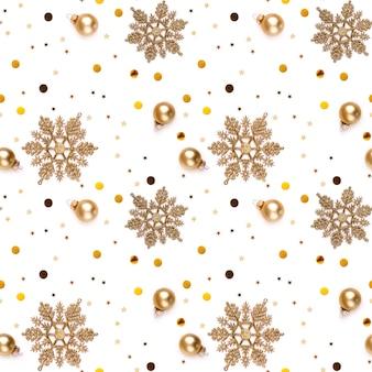 Nahtloser weißer silvesterhintergrund mit goldenen schneeflocken, dekorativen kugeln, leuchtenden sternen und glänzenden konfetti.