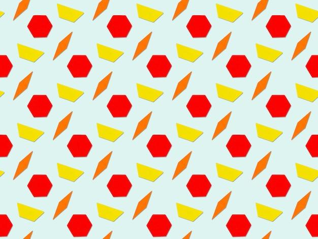 Nahtloses abstraktes muster auf blauem hintergrund. abstraktes zufälliges buntes geometrisches trapez, figuren, raute, nahtloses muster des sechsecks.