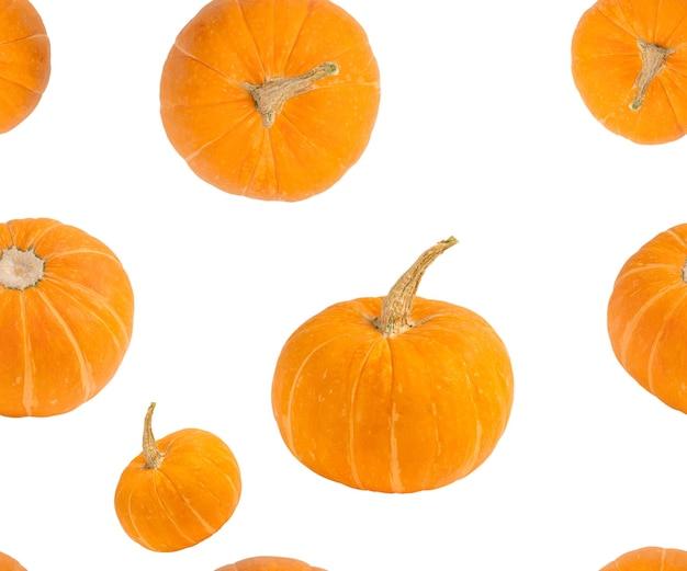 Nahtloses muster aus leuchtend orangefarbenen kürbissen mit verschiedenen ansichten für die halloween-dekoration