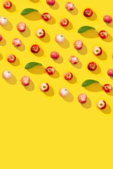 Nahtloses muster aus roten äpfeln und blättern