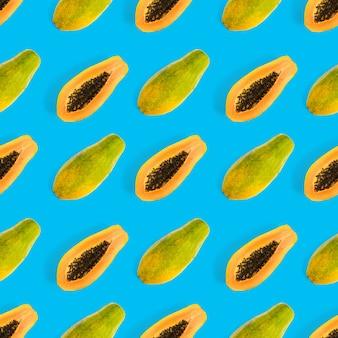 Nahtloses muster der frischen reifen papaya auf draufsicht des tropischen abstrakten hintergrundes des blauen hintergrundes