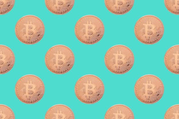 Nahtloses muster der goldmünze bitcoin auf einer blauen hintergrundnahaufnahme. hintergrund der physischen bitmünzen. hintergrund der digitalen währung. e-geld-konzept