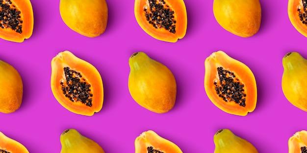 Nahtloses muster der papayafrucht auf purpurrotem hintergrund