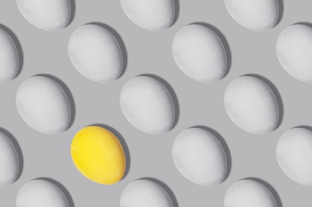 Nahtloses muster graue und gelbe eier in der farbe des jahres